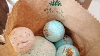 Colored fizzing bath bombs ! My Slow Experience